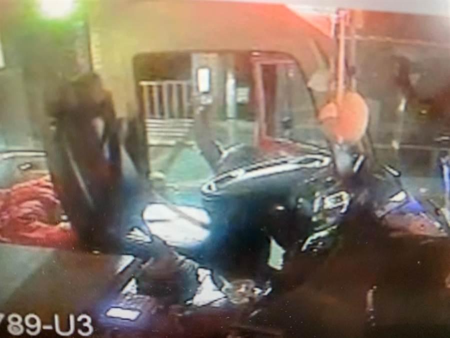 東南客運一名駕駛上月18日晚間因行車糾紛,從座位背後拿出一把刀恫嚇對方,雖當天就被解職,議員徐立信仍質疑公運處,僅對業者輕罰9000元。(林縉明翻攝)