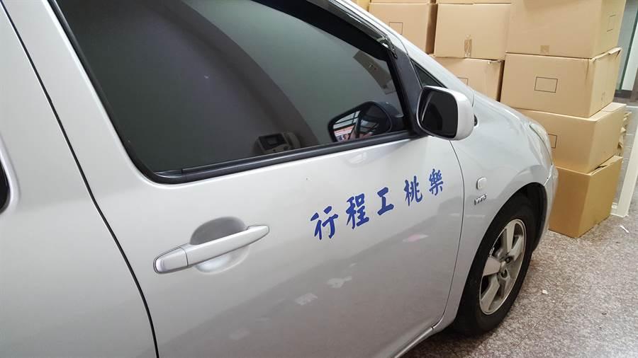 載運成員的車輛刻意黏貼「工程行」字樣以掩人耳目。(林郁平翻攝)