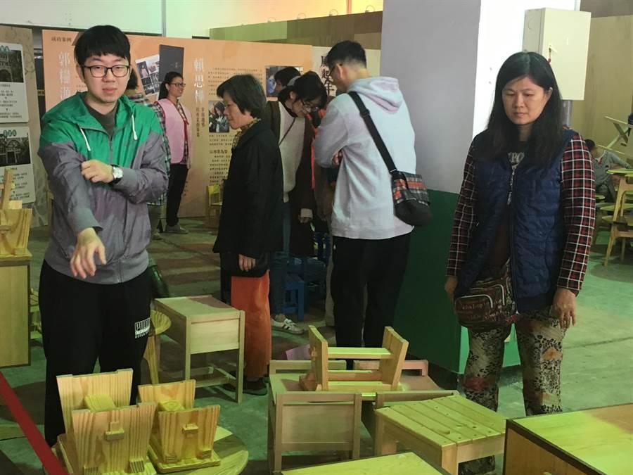 就博會現場也有職訓學員利用榫接技巧製作而成的家具製品170件,於現場以材料基本價販售回饋民眾。(曹婷婷攝)