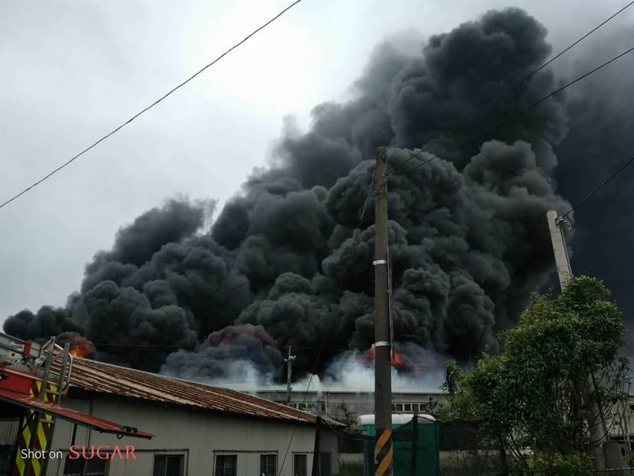 現場濃煙直逼天際,消防人員緊急救火中。(陳淑娥翻攝)