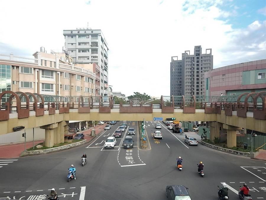 台中市豐原圓環南路與中正路口人行陸橋啟動存廢評估,5月10日起試封閉1個月。(盧金足翻攝)