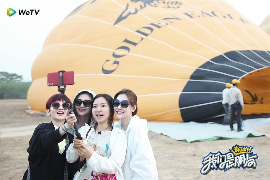 范曉萱(左起)、大S、阿雅、小S合體主持節目。(圖片提供:WeTV)