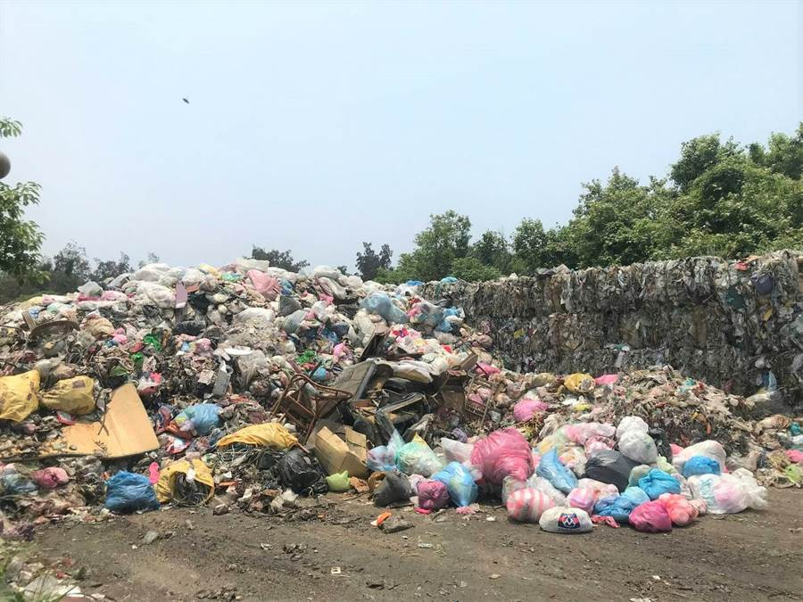 被堆置在湖口鄉清潔隊的垃圾,由於是被資源回收商運回的雜塑膠、雜質,而難以處理,堆置量約3000公噸,影響當地環境。(吳淑君提供)