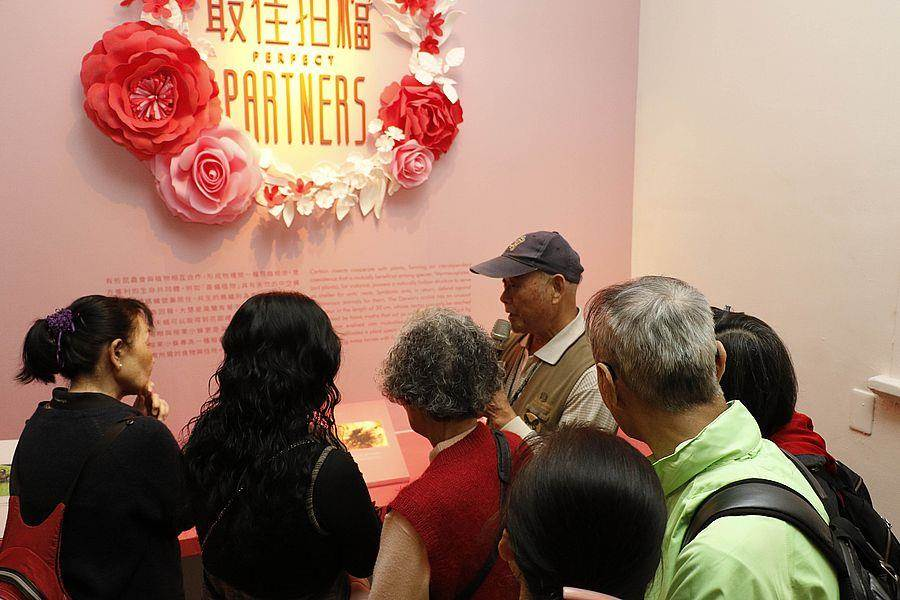 獲「失智友善天使」認證之志工,為失智病友、陪伴者及來賓進行導覽。(文化部提供)