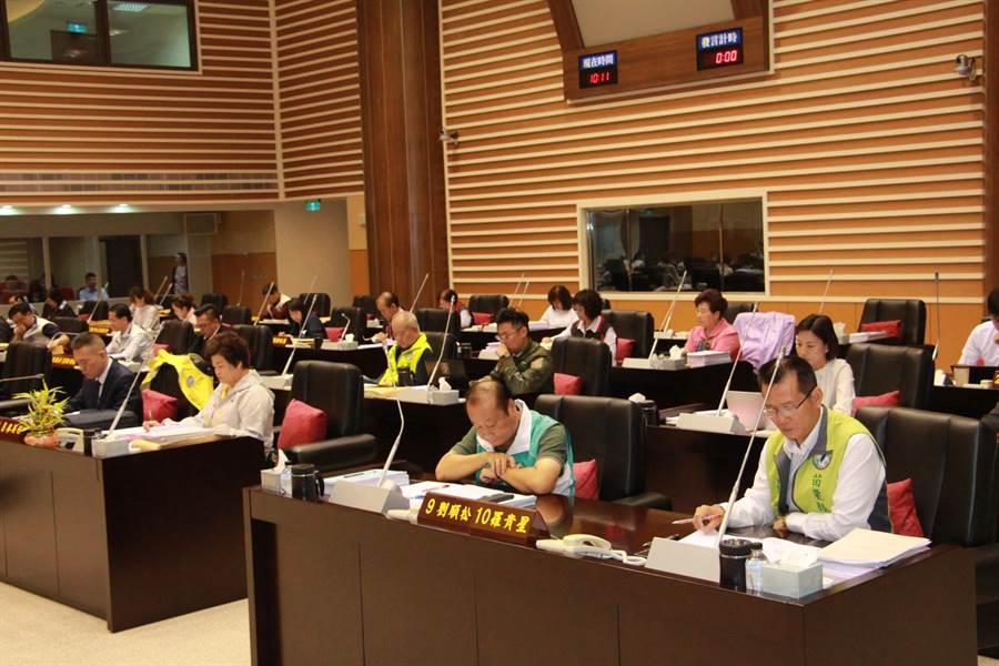 苗栗縣議會7日召開第19屆第1次定期會進行網路直播,議員幾乎列席。(何冠嫻攝)