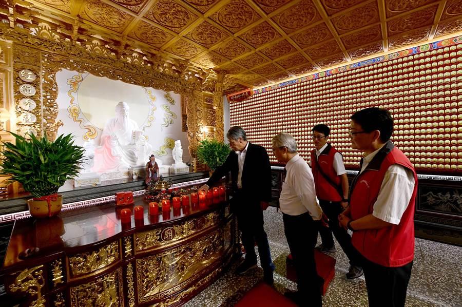 日月潭文武廟「月老寒拾殿」賜良緣;廟方日前訪問杭州藝文界,敲定10月16日至20日,在杭州西湖合辦兩岸聯合婚禮。(沈揮勝攝)