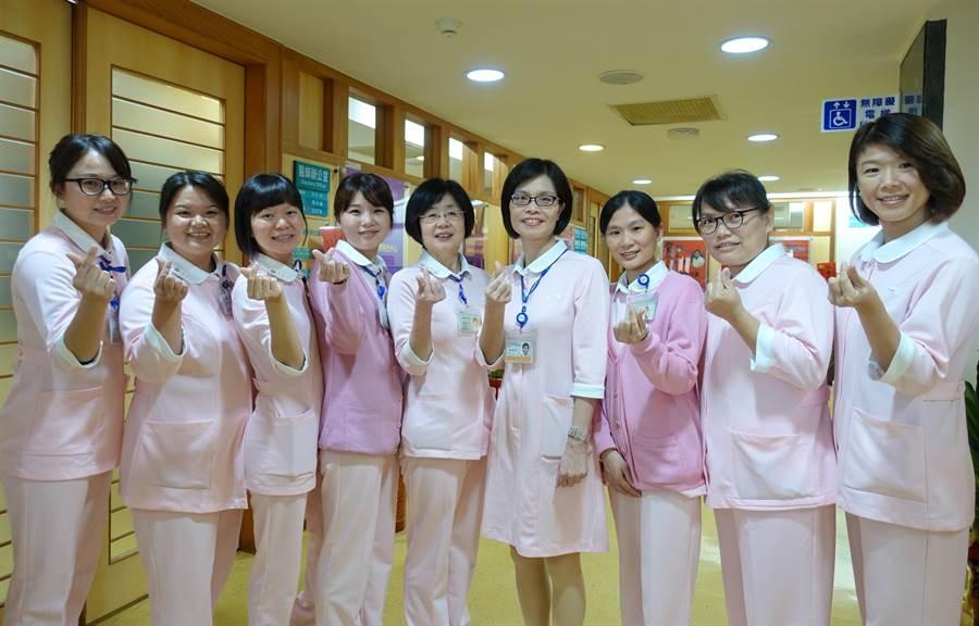 臺大雲林醫院的「快速反應小組」,扮演醫師的眼目,努力四年,今年獲第八屆南丁格爾獎金獎。(周麗蘭攝)