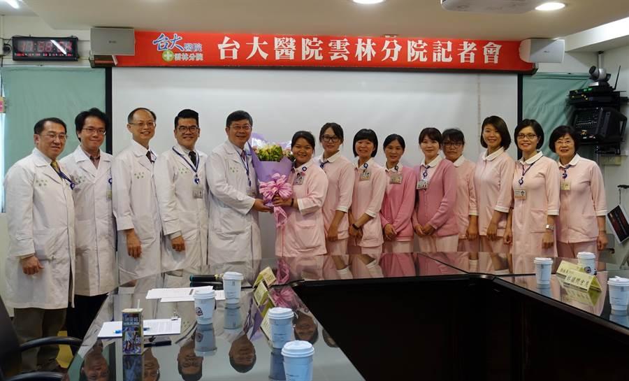 「快速反應小組」獲第八屆南丁格爾獎團體金獎,院長黃瑞仁(左五)親自獻花。(周麗蘭攝)