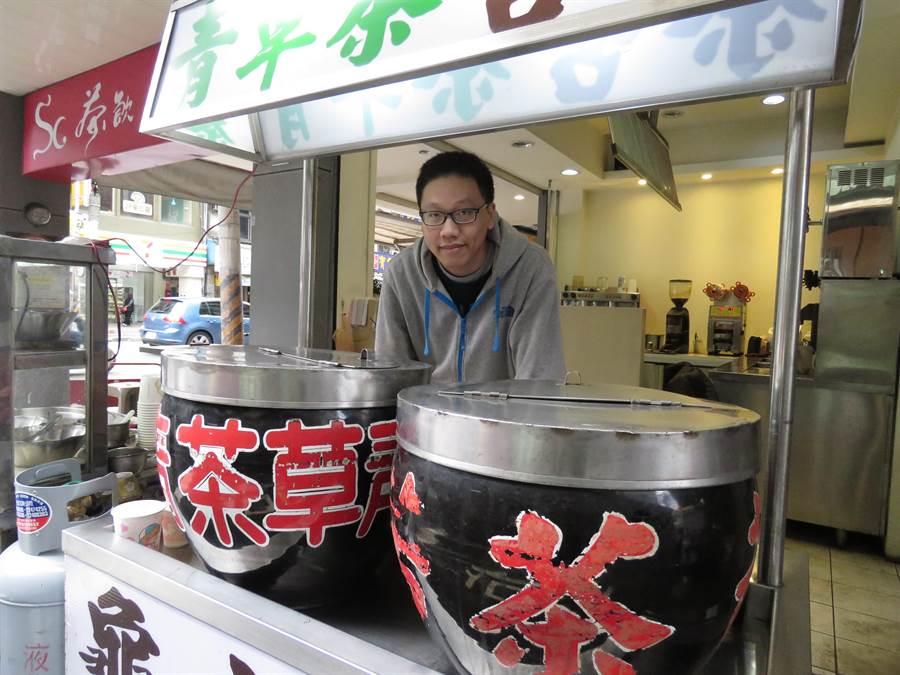 許老闆4年前在新北市中和區中和路創立「SC茶飲」,但該店旁的青草茶攤至今逾30年歷史,為許老闆父親所創。(葉書宏攝)