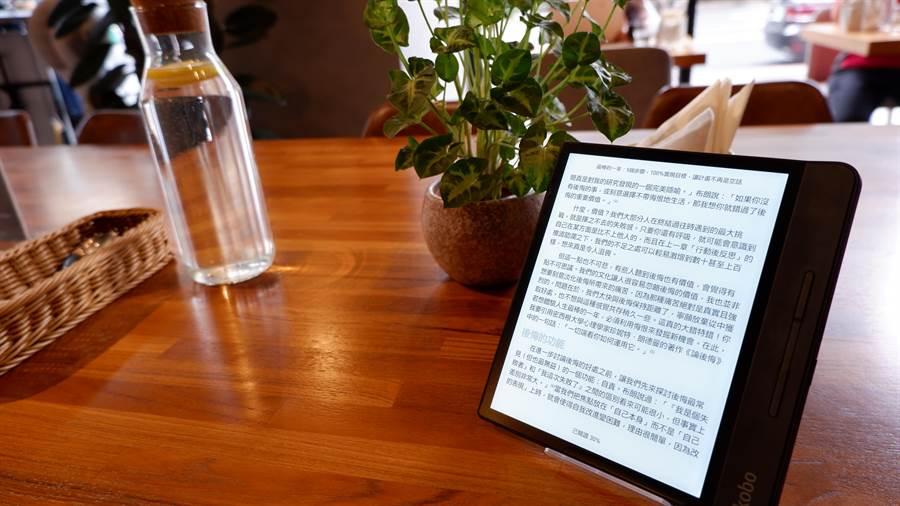 Kobo電子書閱讀器Forma,具八吋大螢幕、防水功能,隨時隨地享受閱讀的樂趣。(圖/樂天Kobo提供)