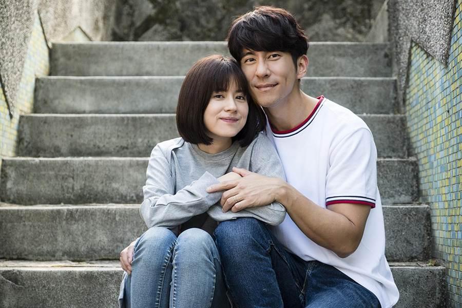 林予晞(左)與修杰楷在《天堂的微笑》飾演恩愛夫妻。(TVBS)