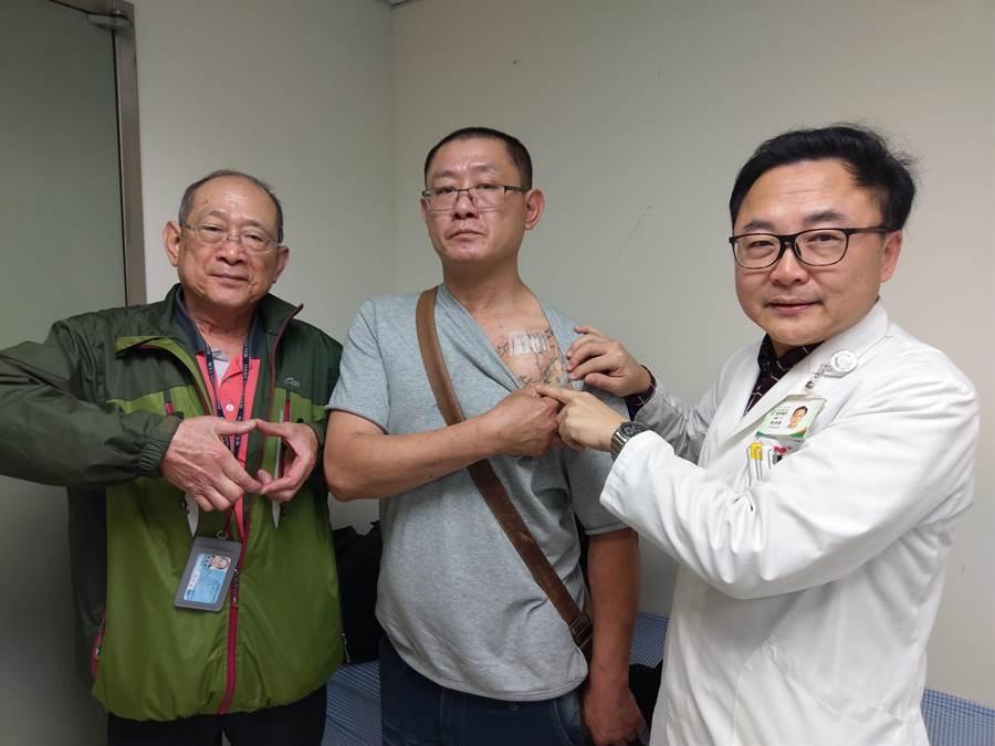 廖男(中)康復出院後,每3到6月到醫院回診追蹤,愛子心切的父親陪同他就醫。(豐原醫院提供)