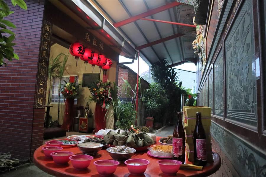 蔴荳社阿立祖夜祭晚上10點正式開始,廟方下午3點先準備一桌貢品拜請4大社阿立祖回來同慶。(