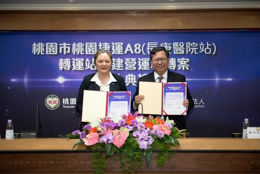 市府與林口長庚醫院簽約,合作在捷運A8轉運站興建營運移轉案,長庚醫院體系董事長王瑞慧(左)親自出席簽約。(甘嘉雯攝)