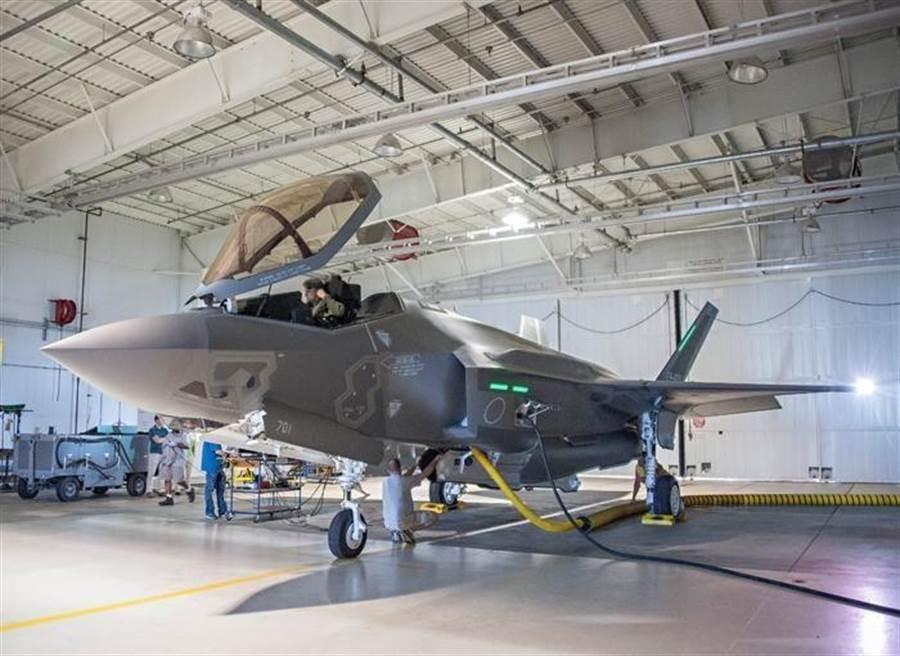 圖中日本首架在國內組裝的F-35A戰機在上月初的訓練失事墜毀,已打撈到部份殘毀的黑盒子。(圖/美國空軍)
