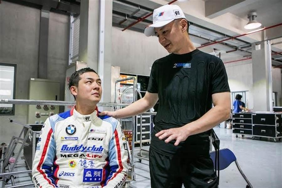 姚元浩的賽車手學長陳軍華在旁安慰及鼓勵他。(取自臉書)