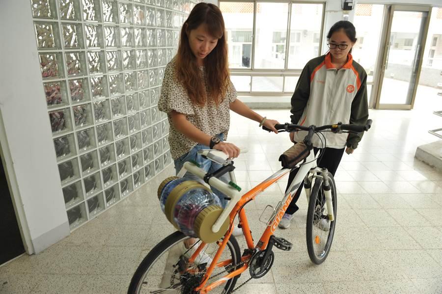 暨大附中學生簡詩婷(右)參加2018年德國紐倫堡國際發明展獲獎,她的事蹟成了統測的題目。(廖肇祥攝)