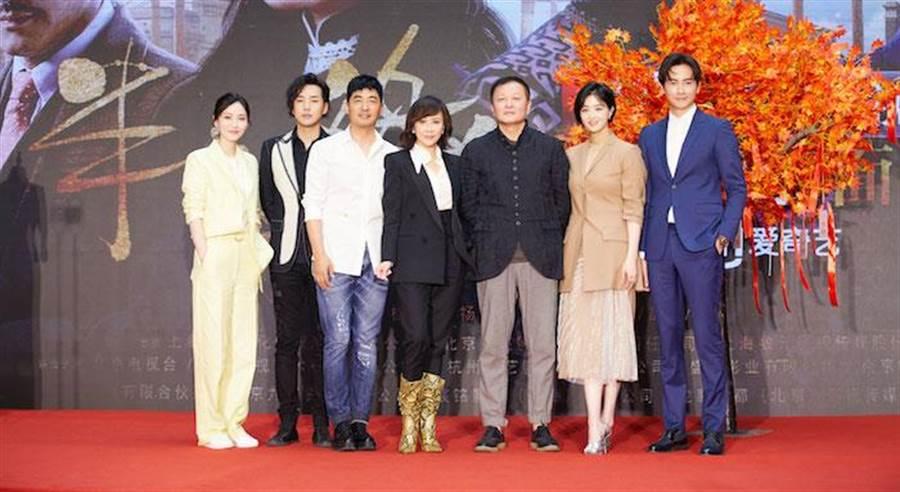 從左至右:董玥、鄒廷威、郭曉東、劉嘉玲、導演楊亞洲及蔣欣、鄭元暢。