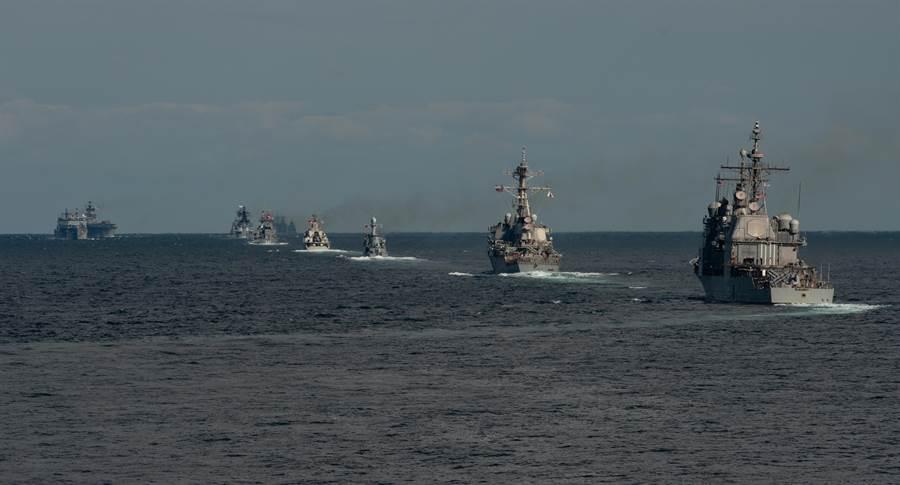 美國海軍多年來一直在艦艇數量與艦載武器孰輕孰重上有不同的討論,打擊力量固然重要,但艦隊規模在和平時期的威懾力量亦有很大作用。圖為美國海軍在朝鮮半島進行演習。(圖/美國海軍)