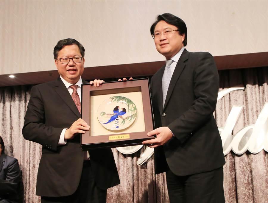 桃園市長鄭文燦(左)今(7)日晚間與基隆市長林右昌(右)在基隆長榮桂冠酒店宴會廳相見歡。