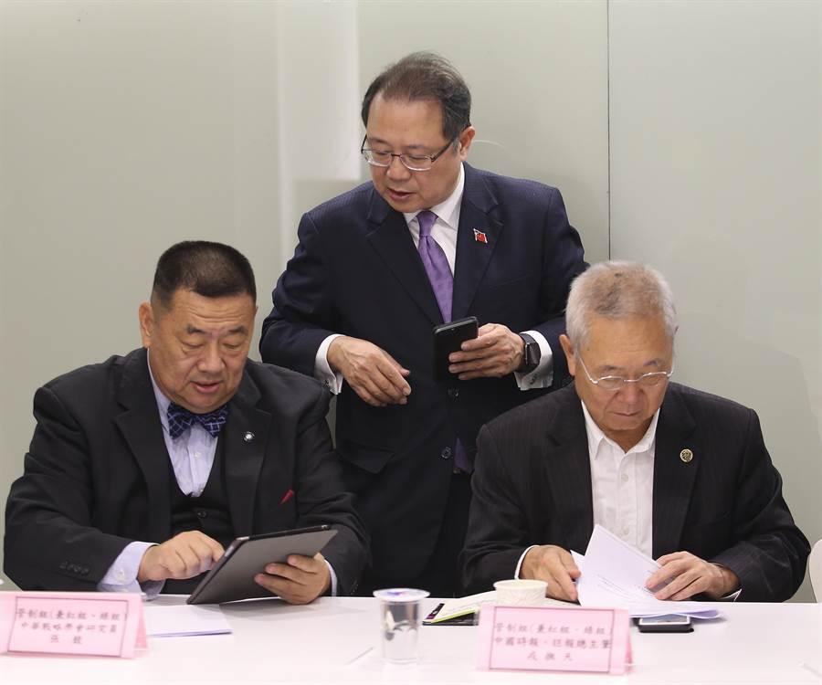 中國時報總主筆戎撫天(右起)、中華戰略暨兵棋研究協會理事長黃介正、中華戰略學會研究員張競。他們所設想的狀況相當刁鑽。(陳怡誠攝)