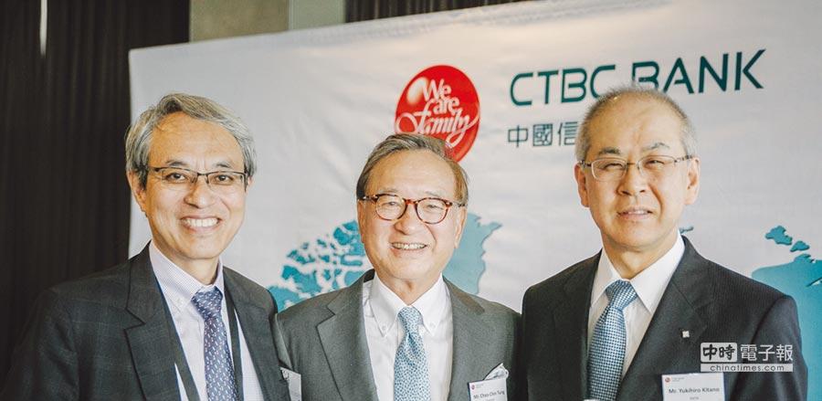 中國信託銀行董事長童兆勤(中)於亞洲開發銀行(ADB)52周年年會期間,與各國銀行代表進行雙邊會談。圖/中國信託銀行提供