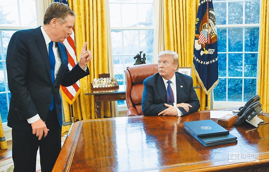 圖為美國貿易代表萊海澤(左)一月間與川普總統(右)在白宮橢圓形辦公室就關稅問題交換意見。(美聯社)