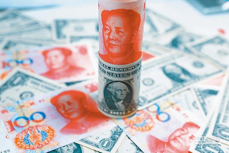 美國總統川普推特點火,為全球股匯投下震撼彈,在岸人民幣更暴跌300個基本點,以6.7666創下近3個月以來新低價。圖為人民幣與美元。(中新社)