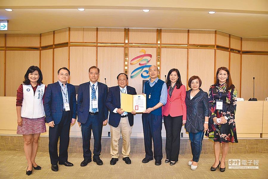 華僑救國聯合總會6日在高巿府鳳山行政中心拜會巿長韓國瑜。(高巿府提供)