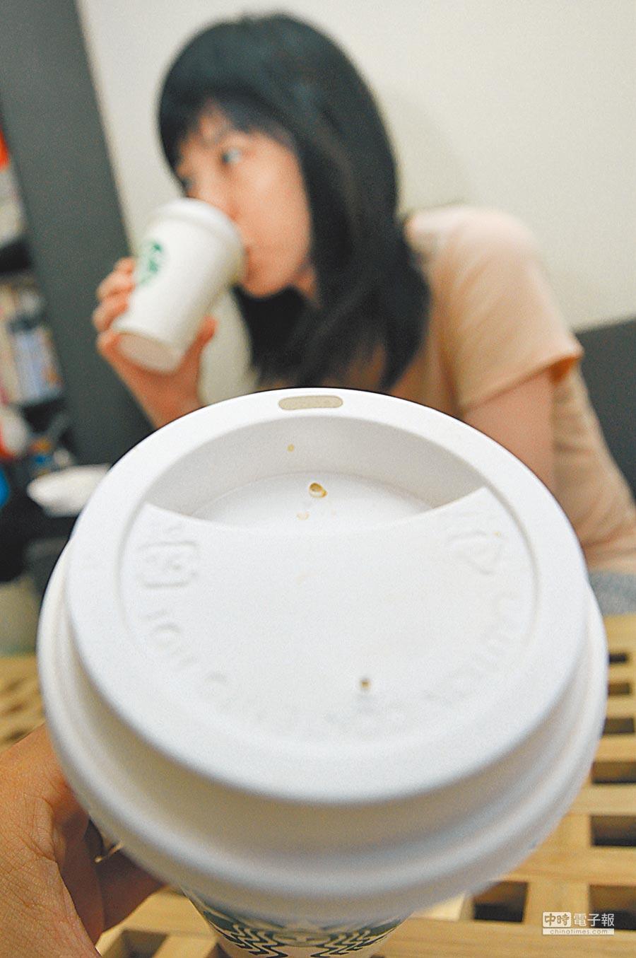 禁用塑膠吸管政策將於7月1日正式上路,但遭立委質疑使用就口杯蓋無法達到真正減塑。(本報資料照片)