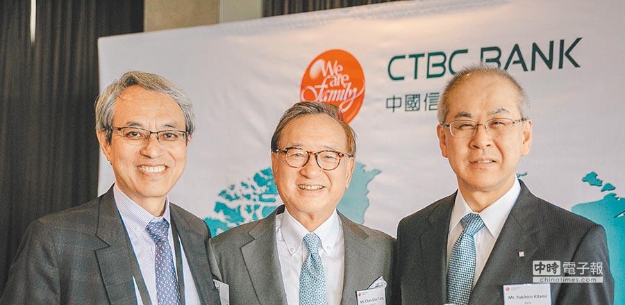 中國信託銀行董事長童兆勤(中)於亞洲開發銀行(ADB)52周年年會期間,與各國銀行代表雙邊會談,並與三井住友銀行高層合影。(中國信託銀行提供)