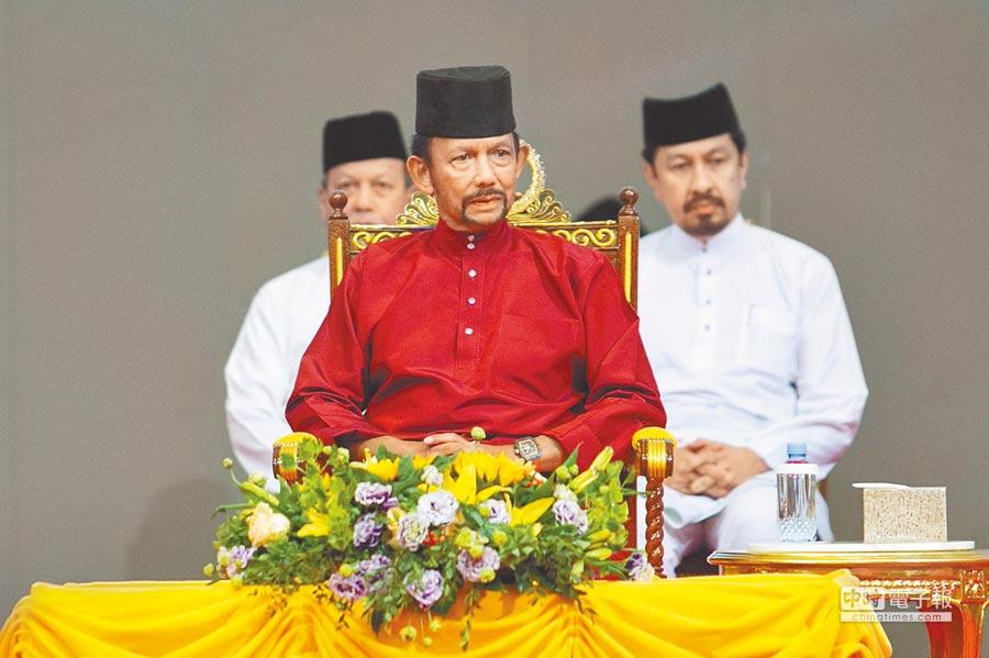 汶萊蘇丹哈山納波嘉(中)5日宣布延長暫停執行相關刑罰的措施,還稱會再評估,試圖平息眾怒。(法新社)
