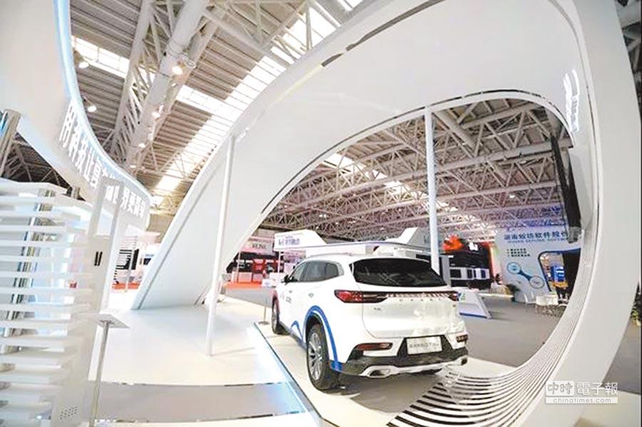 第二屆數字中國建設峰會6日在福州舉行,圖為AR導航功能的百度智能車在現場展示。(主辦單位提供)