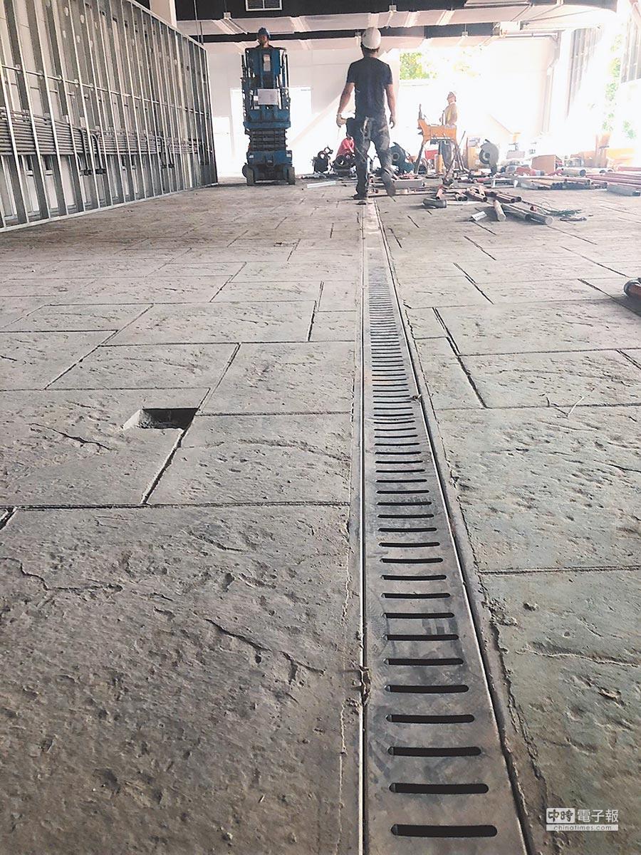 南門市場中繼工程趕工中,遭爆排水溝太窄,不符合實際需求。相關工程預估須追加900萬經費。(讀者提供)