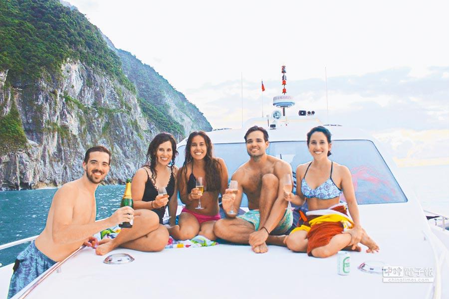 花蓮遊艇休閒事業方興方艾,不少國外遊客喜愛海上欣賞陸上風光。(蔚藍遊艇俱樂部提供)