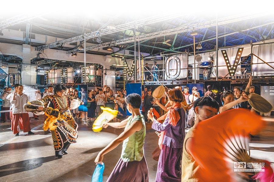 台灣文博會近年開始轉型,不再只有純商業展品,今年主題館之一「演變舞台」,將表演藝術納入展覽內容,圖為優人神鼓現場演出。(李易暹攝,衍序規劃設計提供)