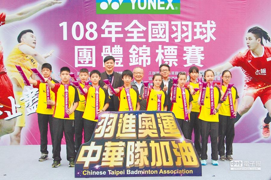 全國羽球團體錦標賽6日開幕,眾人為中華隊獻上祝福「前進奧運」。(何冠嫻攝)