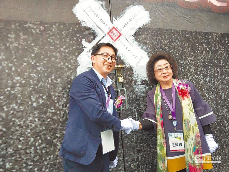 教育部政務次長范巽綠(右)、桃園市教育局主祕賴銀奎(左),將闈場大門上鎖貼上封條完成入闈。(陳淑娥攝)