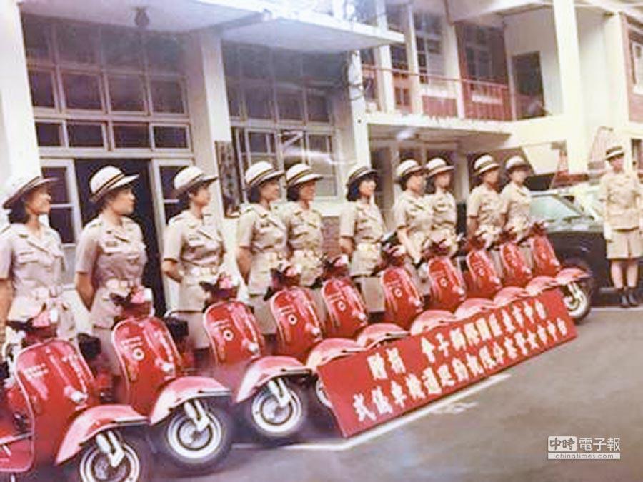 台中市警局第一代「女警隊」比雅久100CC機車受贈儀式。(張妍溱翻攝)
