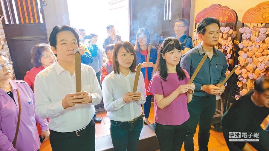 前行政院長賴清德(左一)帶著單身的台北市議員高嘉瑜(紫衣者)到祀典大天后宮參拜月老。(程炳璋攝)