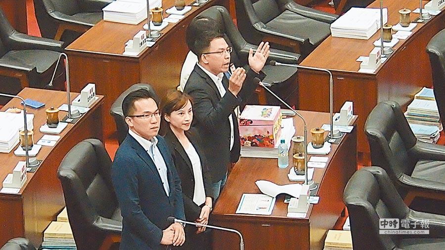 民進黨籍巿議員黃文益(右)6日在巿議會質詢旗津3天春吶的效益。(曹明正攝)