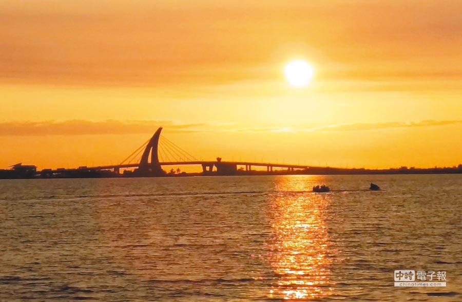 2019台灣燈會結束,大鵬灣仍吸引許多遊客造訪,圖為大鵬灣夕照。(潘建志攝)