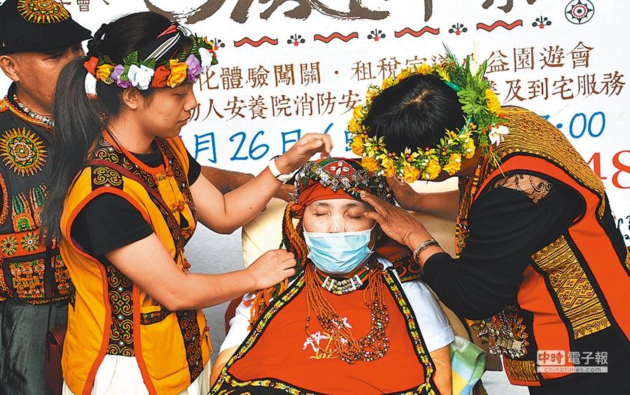 家人為阿珊植物人穿戴上傳統族服,重溫豐年祭。(莊哲權攝)