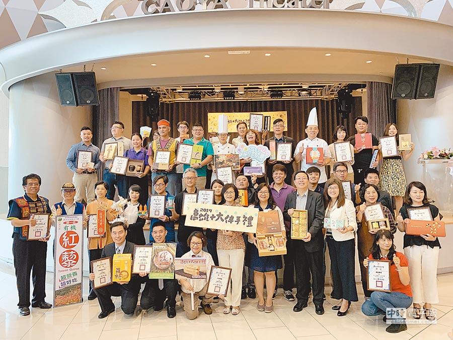 高市觀光局選出十大伴手禮,力貨出去,輔導在亞洲各大電商上架銷售。(柯宗緯攝)