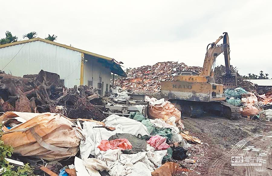 屏縣環保局於萬巒鄉農地查獲非法堆置廢棄物,現場宛如一座小型垃圾山。(林和生翻攝)