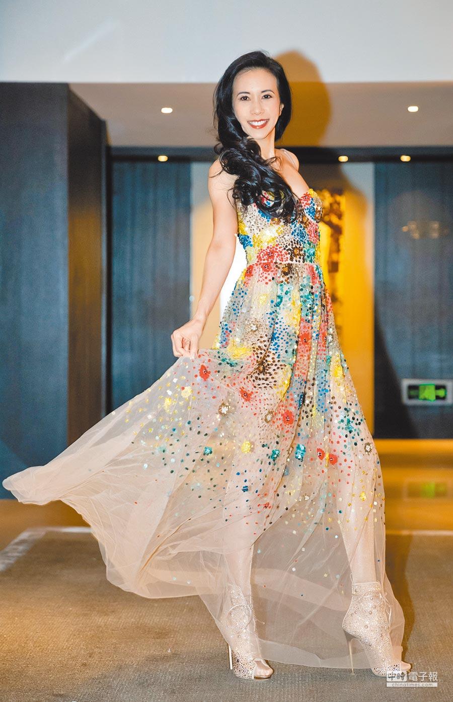 莫文蔚昨身穿透膚長裙參加「流行音樂全金榜年度盛典」擔任頒獎嘉賓。