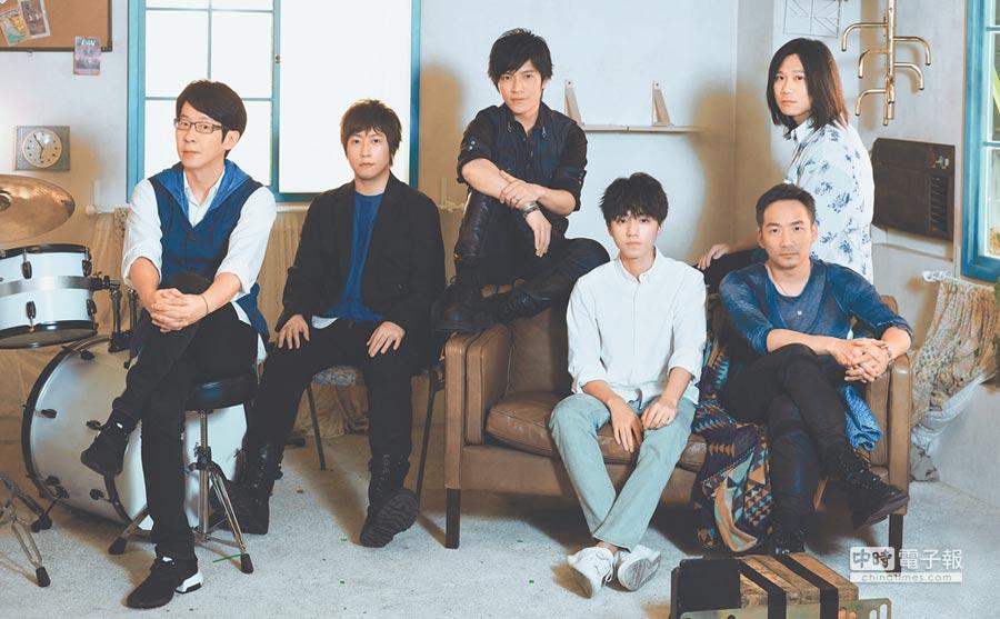 五月天「藍色三部曲」20周年首部曲〈純真〉,力邀20歲王俊凱(前排右二)演出。
