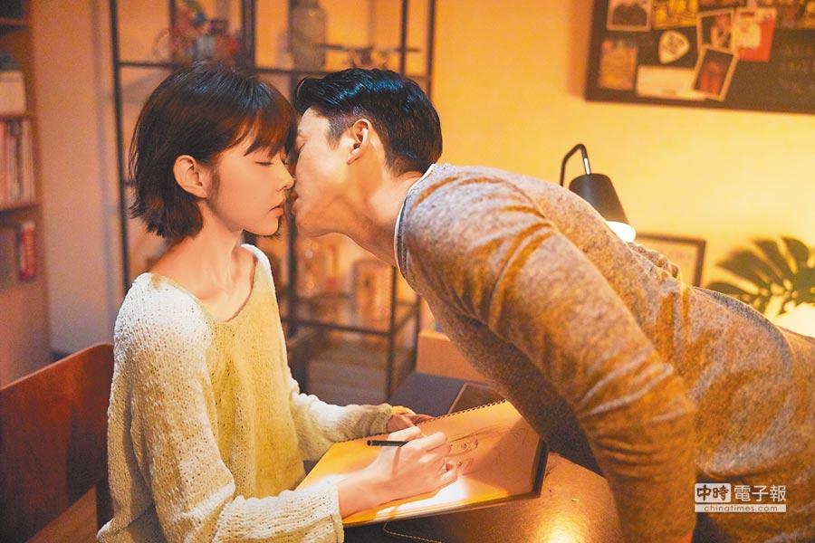 邵雨薇(左)與緋聞對象吳慷仁一同演MV拍攝吻戲。