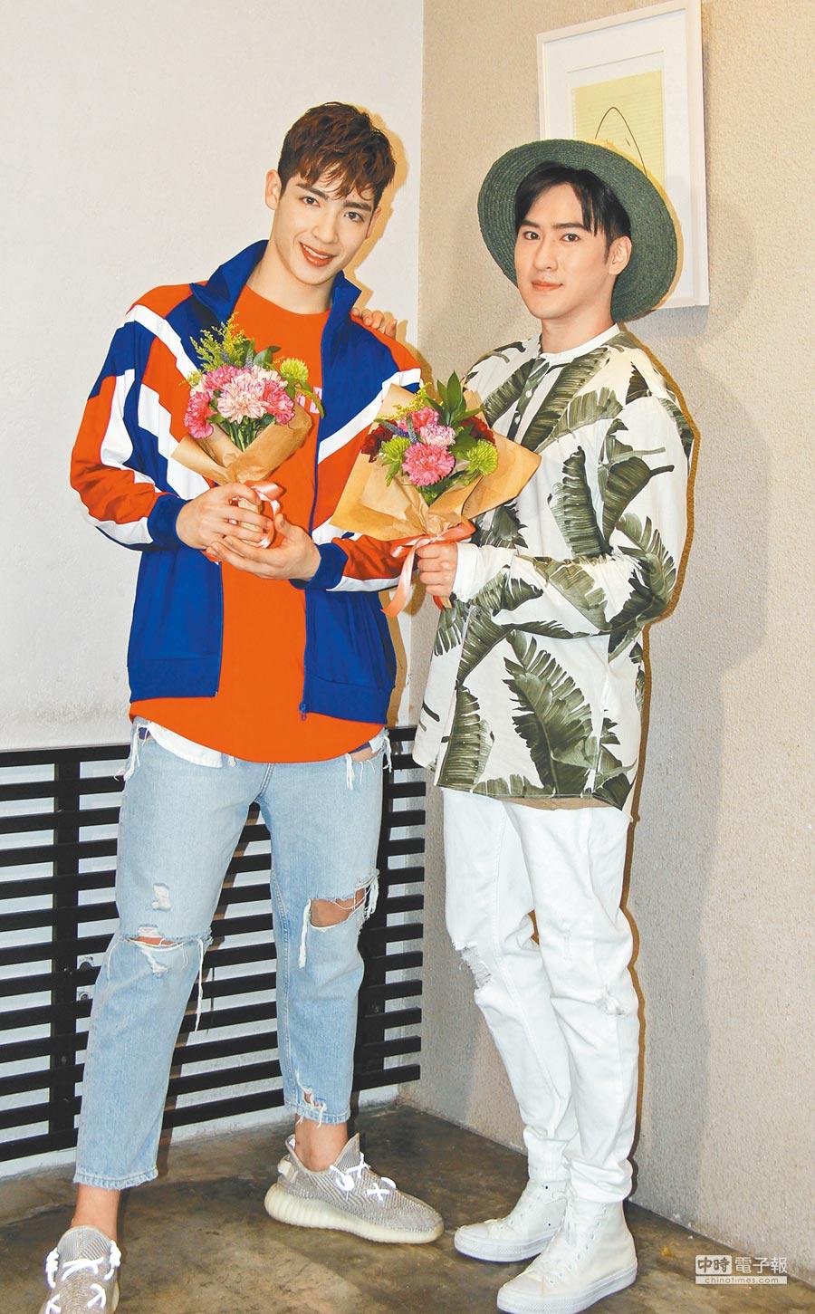 沈建宏(右)與師弟黃士杰一起做母親節花束送媽媽。