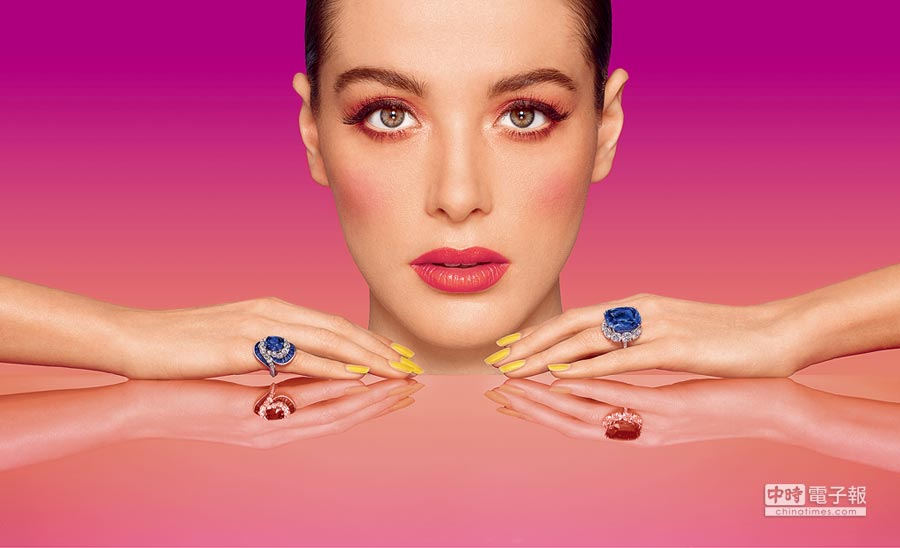 格拉夫大克拉彩色寶石繽紛耀眼,其中44.02克拉枕形藍寶石戒指最受矚目。(GRAFF提供)